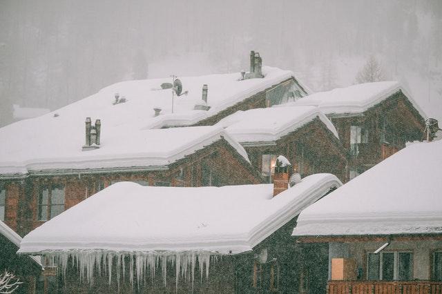 Śnieg zalegający nadachu – jakie zagrożenia powoduje?